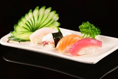 Sushi de Nigiri sur le fond noir Image stock