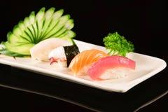 Sushi de Nigiri sur le fond noir Photo libre de droits