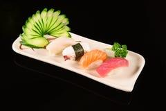 Sushi de Nigiri sur le fond noir Image libre de droits