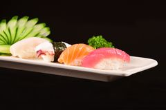 Sushi de Nigiri sur le fond noir Photos stock
