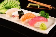 Sushi de Nigiri sur le fond noir Images libres de droits