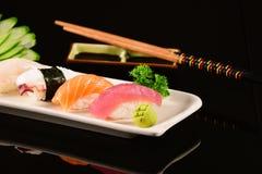 Sushi de Nigiri sur le fond noir Photographie stock libre de droits