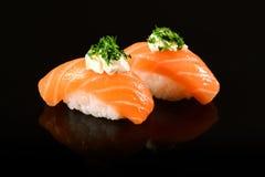 Sushi de Nigiri sur le fond noir Images stock