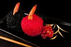 Sushi de Norimaki con los huevos de peces del prawnsand. Fotografía de archivo