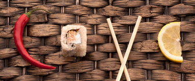 Sushi de petit pain dans l'amour de mot Images libres de droits