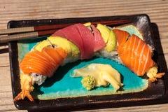 Sushi de petit pain de dragon avec des saumons Images libres de droits