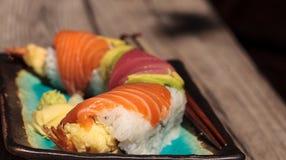 Sushi de petit pain de dragon avec des saumons Image stock