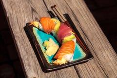 Sushi de petit pain de dragon avec des saumons Photos stock