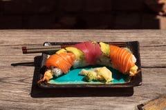 Sushi de petit pain de dragon avec des saumons Image libre de droits