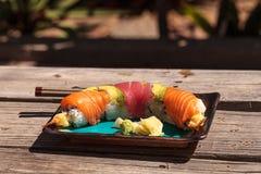 Sushi de petit pain de dragon avec des saumons Photo libre de droits