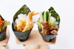 Sushi de petit pain de main de la Californie réglés : Tempura de crevette et Tuna Skin croustillante avec le concombre coupé en t Images libres de droits