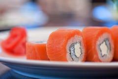 Sushi de petit pain de saumons image libre de droits