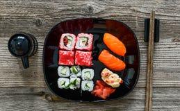 Sushi de plat avec des baguettes Photographie stock