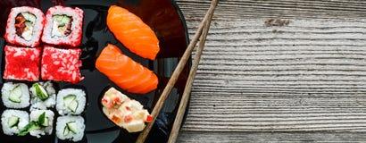 Sushi de plat avec des baguettes Photo libre de droits