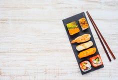 Sushi de plat avec des baguettes et la région d'espace de copie Photos libres de droits