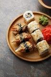 Sushi de plat et de wasabi en bois images libres de droits