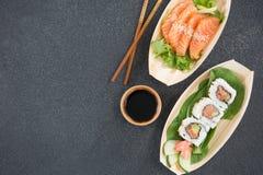 Sushi de plat formé par bateau avec des baguettes Photos stock
