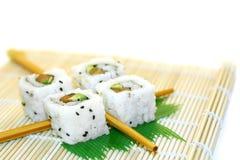 Sushi de roulis structurés au-dessus du blanc Photographie stock libre de droits