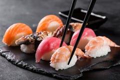 Sushi de sashimi avec des baguettes Photos stock
