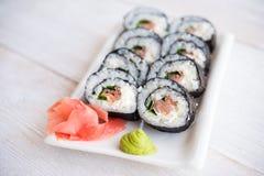 Sushi de service avec des saumons Image stock