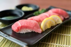 Sushi de thon d'Otoro de plat noir avec la sauce et le GR japonais image stock
