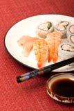 Sushi del camarón y rodillos de California Imagenes de archivo