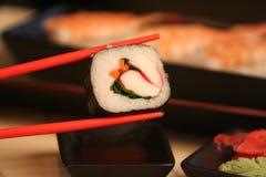 Sushi del granchio con le bacchette Fotografie Stock Libere da Diritti