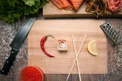 Sushi del rotolo nell'amore di parola Immagini Stock