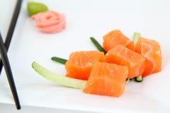 Sushi del Sashimi. Pedazos de color salmón crudos. Foto de archivo