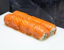 Sushi del servizio sul piatto fotografie stock libere da diritti