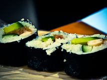 Sushi delicioso en la tabla imágenes de archivo libres de regalías