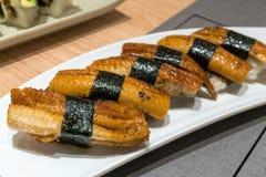 Sushi dell'anguilla di Unagi sul piatto ceramico bianco Immagini Stock