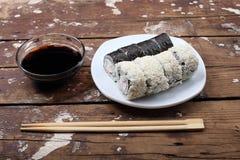 Sushi in der rustikalen Art Lizenzfreies Stockbild