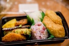 Sushi di bento messi in negozio di alimentari giapponese Fotografia Stock Libera da Diritti