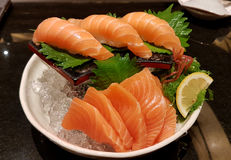 Sushi di color salmone - alimento giapponese Fotografie Stock