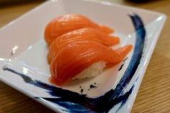 Sushi di color salmone con il piatto bianco fotografie stock libere da diritti