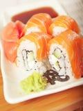 Sushi di color salmone di Philadelphia sulla zolla Fotografia Stock Libera da Diritti