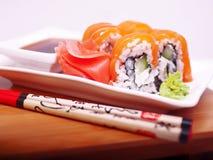 Sushi di color salmone di Philadelphia sulla zolla Immagine Stock