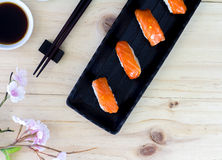 Sushi di color salmone giapponesi freschi Fotografie Stock