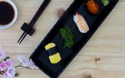 Sushi di color salmone giapponesi freschi Fotografia Stock Libera da Diritti