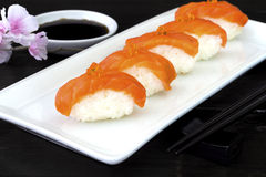 Sushi di color salmone giapponesi freschi Fotografie Stock Libere da Diritti