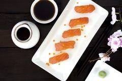 Sushi di color salmone giapponesi freschi Fotografia Stock