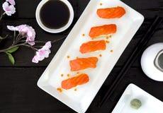 Sushi di color salmone giapponesi freschi Immagini Stock Libere da Diritti