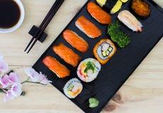 Sushi di color salmone giapponesi freschi Immagine Stock