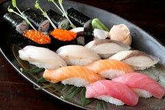 Sushi di color salmone grezzi di saba dello sgombro dell'alimento giapponese Fotografia Stock