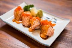 Sushi di color salmone grigliati o bruciati Fotografie Stock