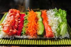 Sushi di color salmone pronti ad essere rotolato Fotografia Stock Libera da Diritti