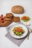 Sushi di color salmone sul pane e sull'insalata Fotografie Stock Libere da Diritti