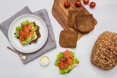Sushi di color salmone sul pane e sull'insalata Fotografia Stock Libera da Diritti