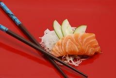 Sushi di color salmone sulla zolla rossa Fotografia Stock
